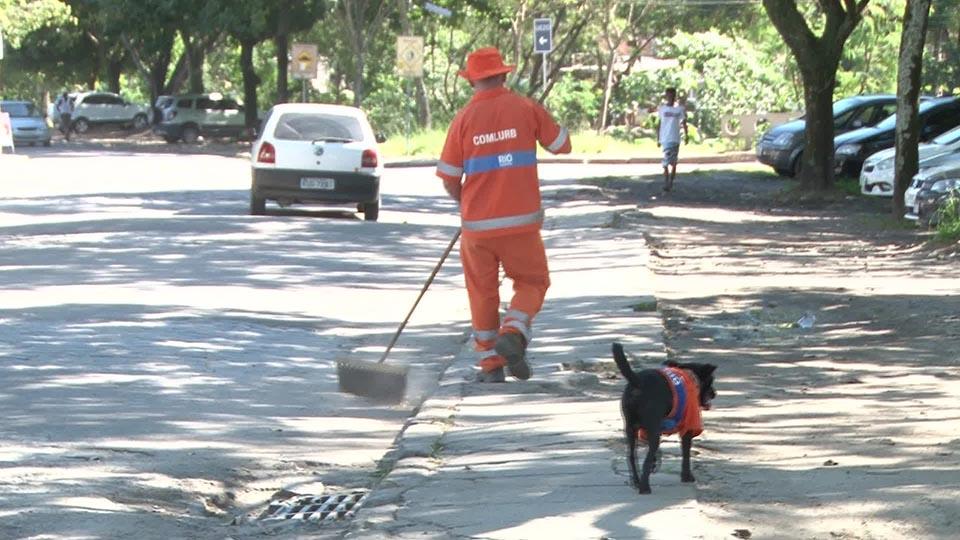 Hombre limpia las calles en compañía de un perro