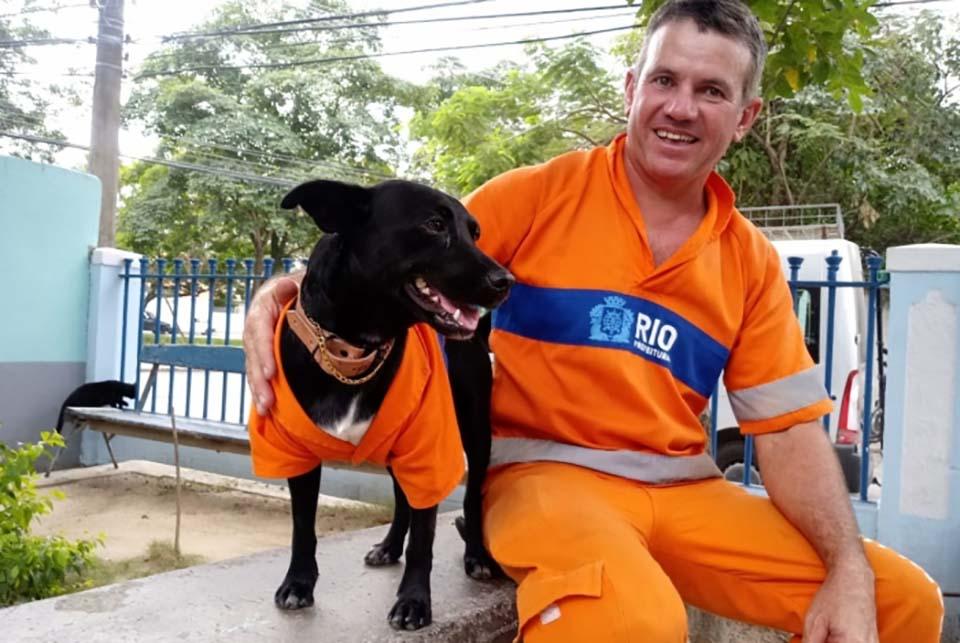 Hombre y perrito uniformado