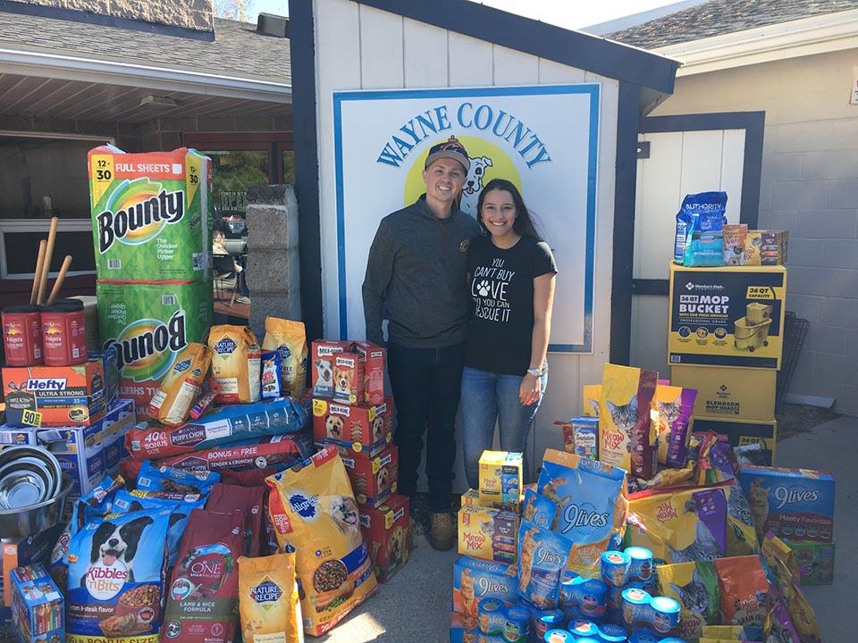 Jeananne y Jonathan con las donaciones