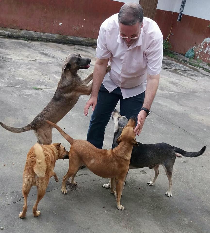 Padre Joao y sus perros rescatados