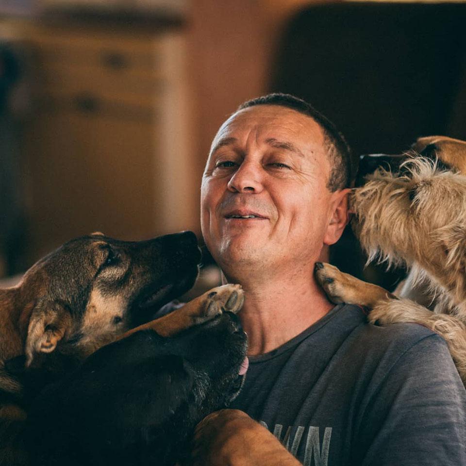 Hombre ama a todos los perros
