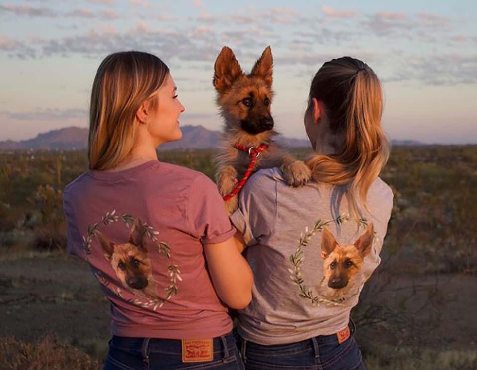 Mujeres brindan cariño a perrito