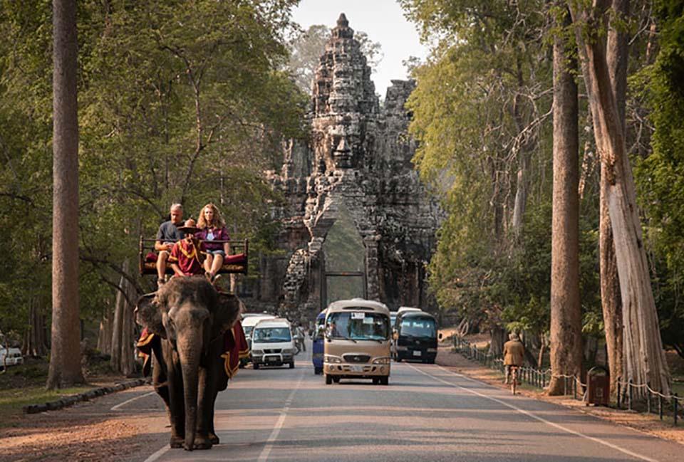 Templo y personas sobre elefante