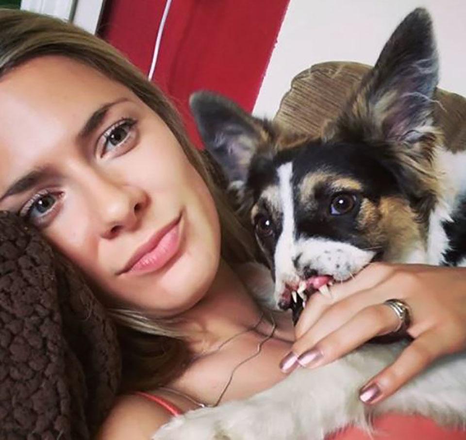 Mujer abraza a su perrito adoptado