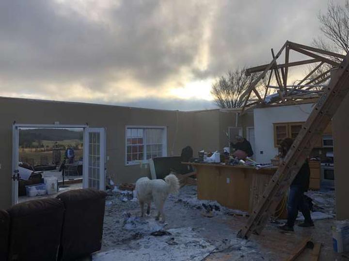 Escombros y casa destruida