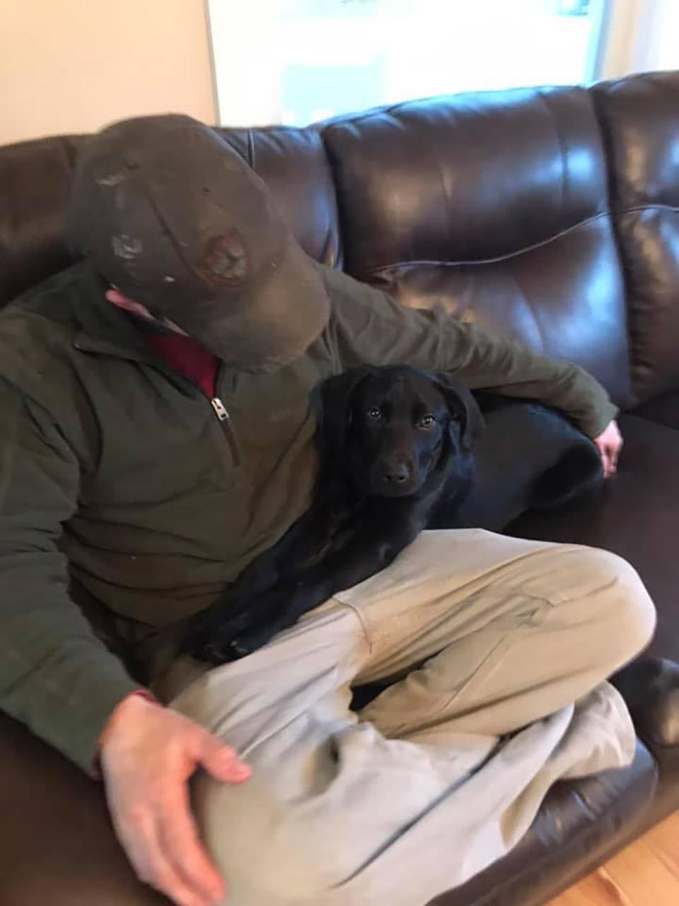 Hombre sordo y su perrito en sofá