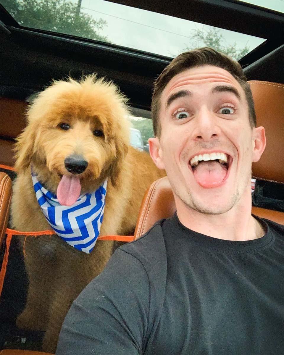 Maxx feliz con su perro