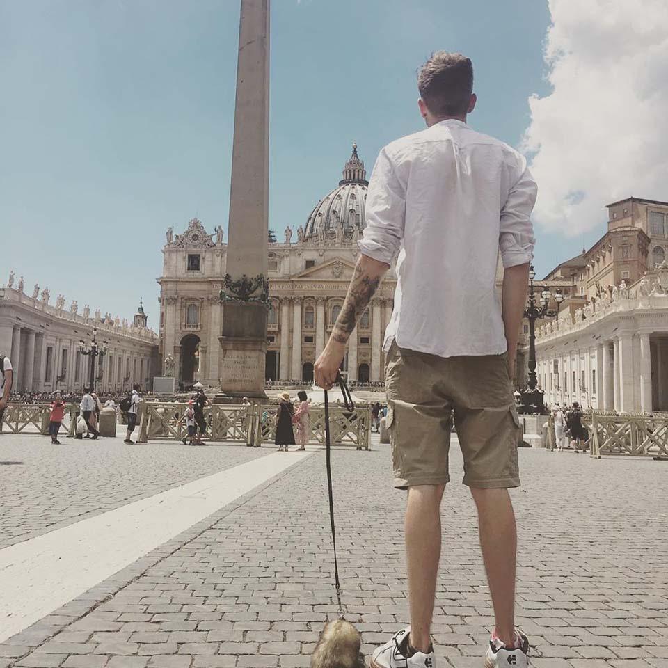 Hombre pasea con hurón