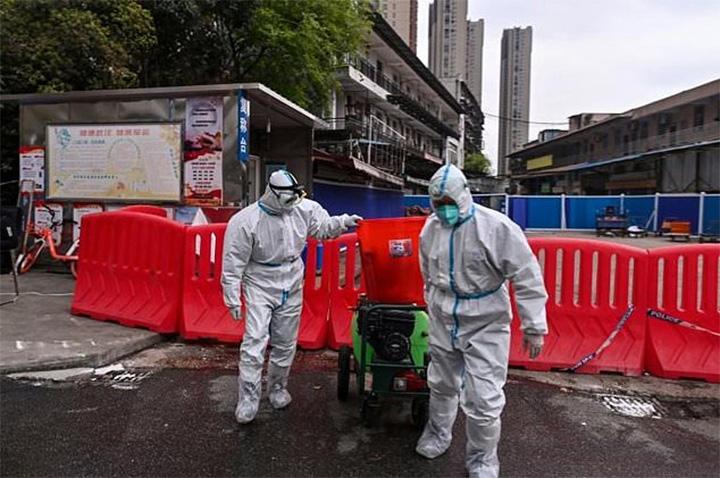 Funcionarios desinfectando el mercado