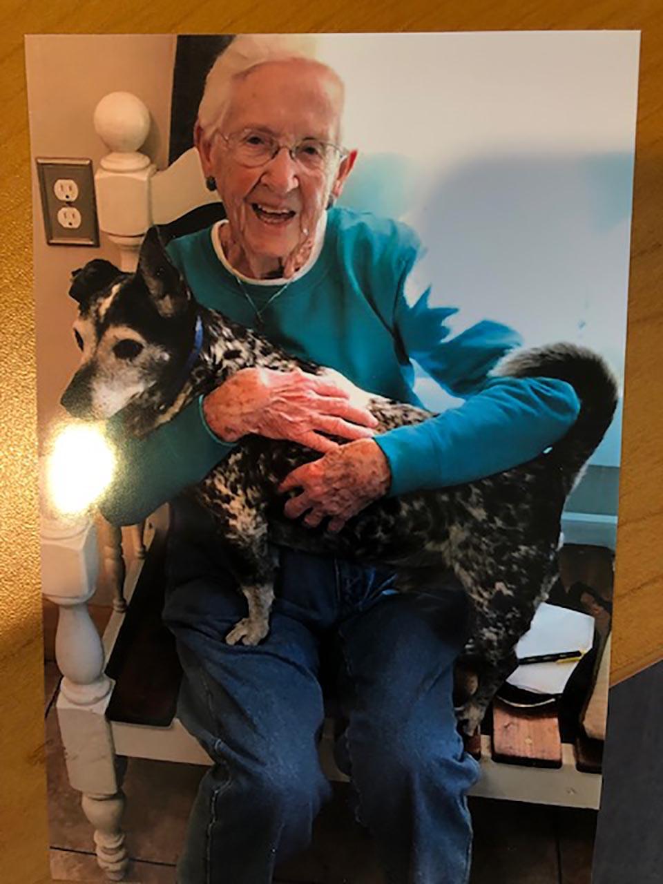 Mujer mayor abraza a perrito