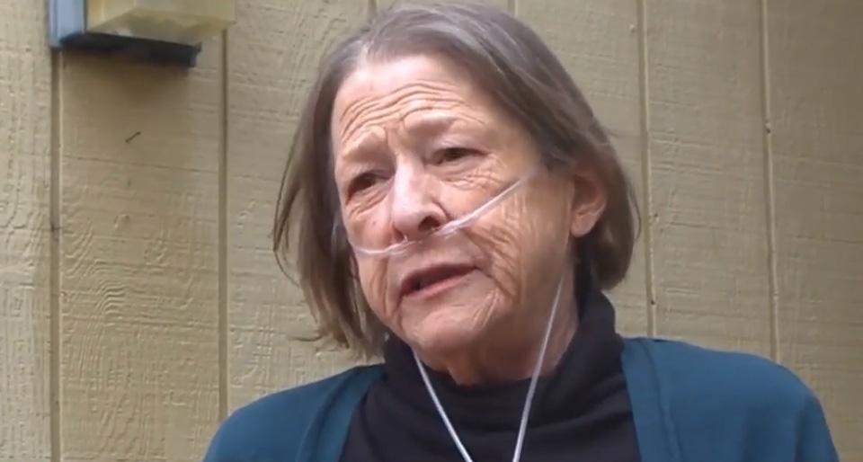 Mujer mayor tiene problemas respiratorios