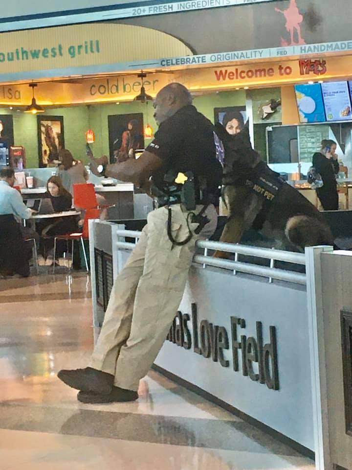 Policía y su can tomándose fotos