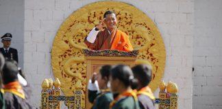Rey de Bután pide a los ciudadanos que adopten animales para su cumpleaños
