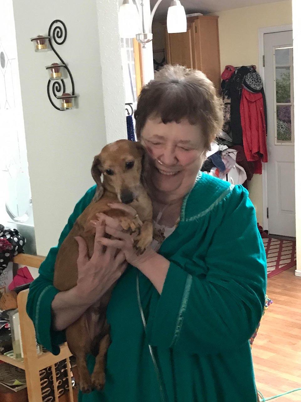Señora abraza a perrito