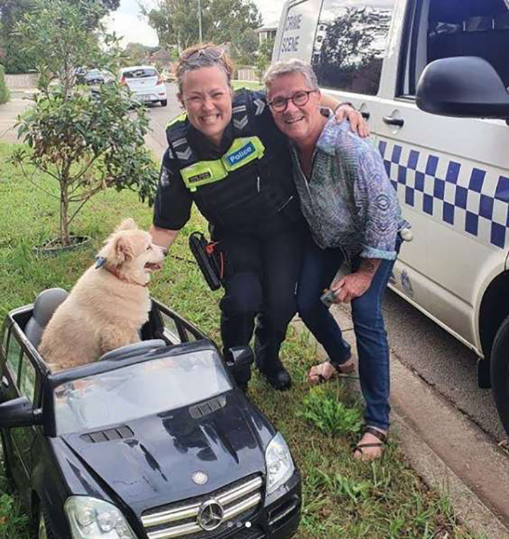 Perro conductor junto a policia y su dueño