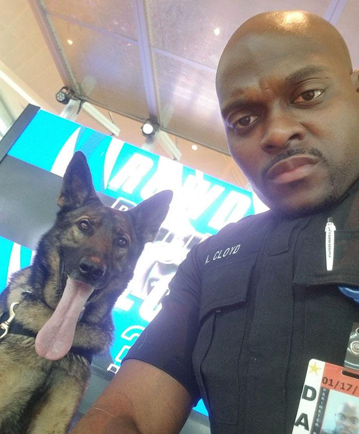 Selfie entre policía y su perro