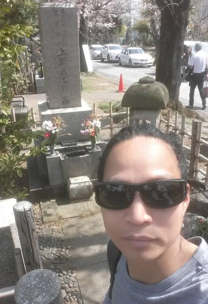 Alixson en el cementerio