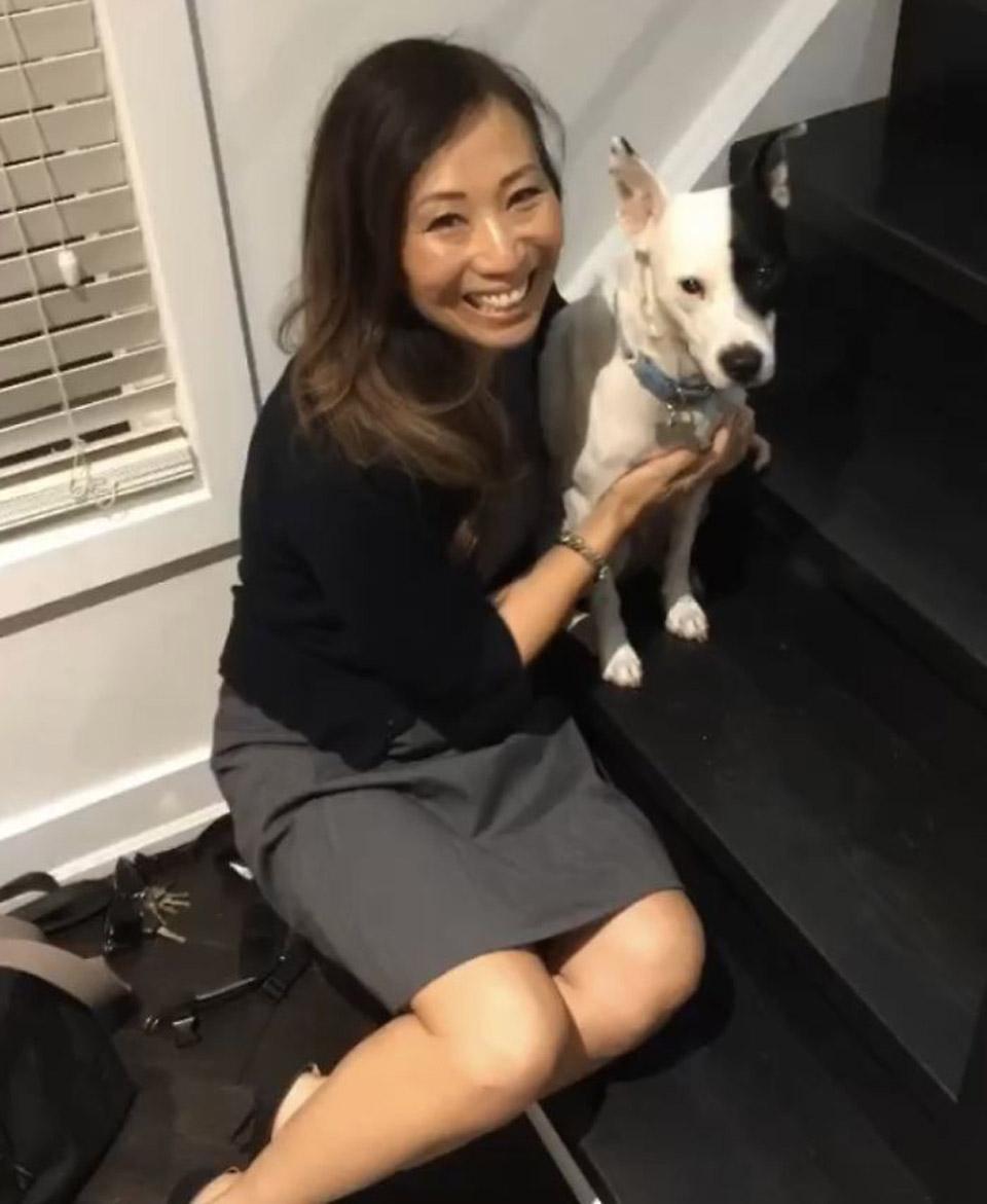 Mujer disfruta la compañía de su perrito