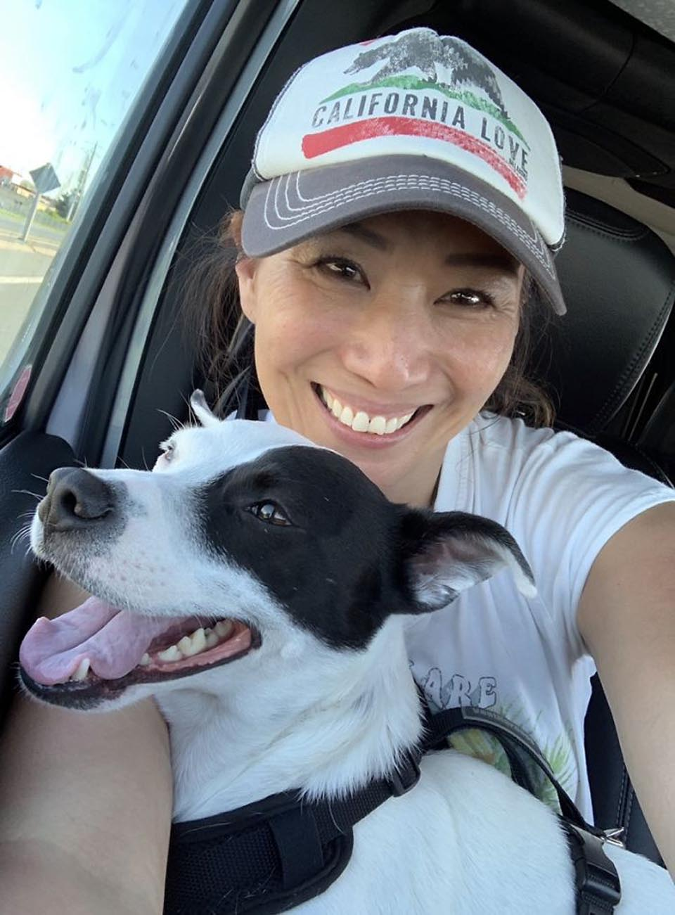 Mujer y perro en el auto