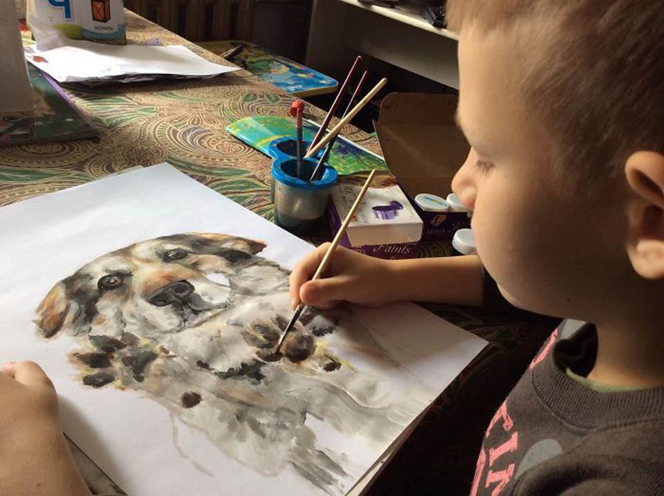 Niño hace pintura de perrito
