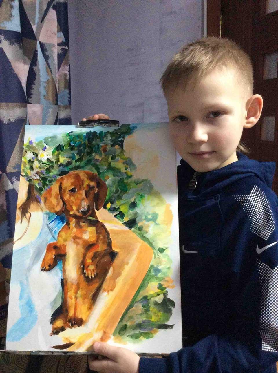 Niño muestra su pintura