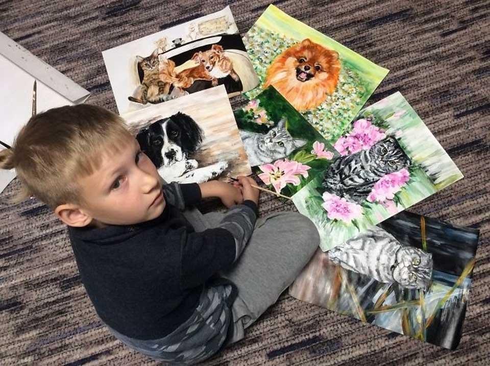Niño y sus pinturas