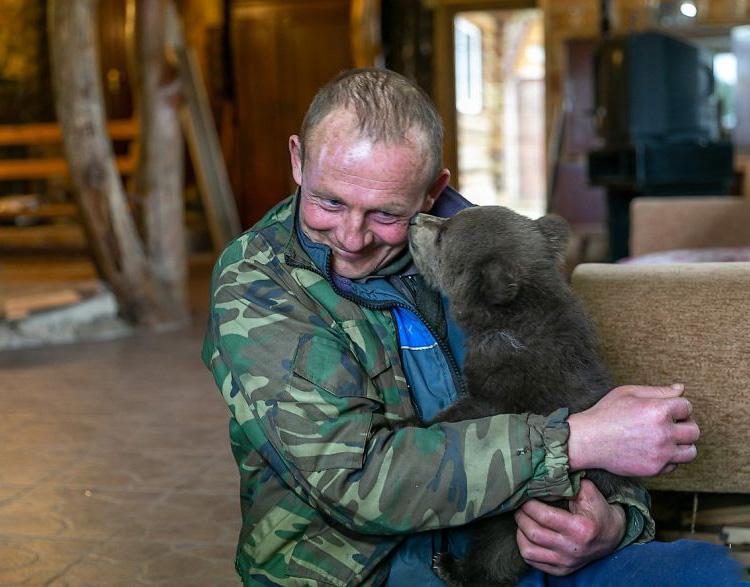 Osezno y humano abrazados