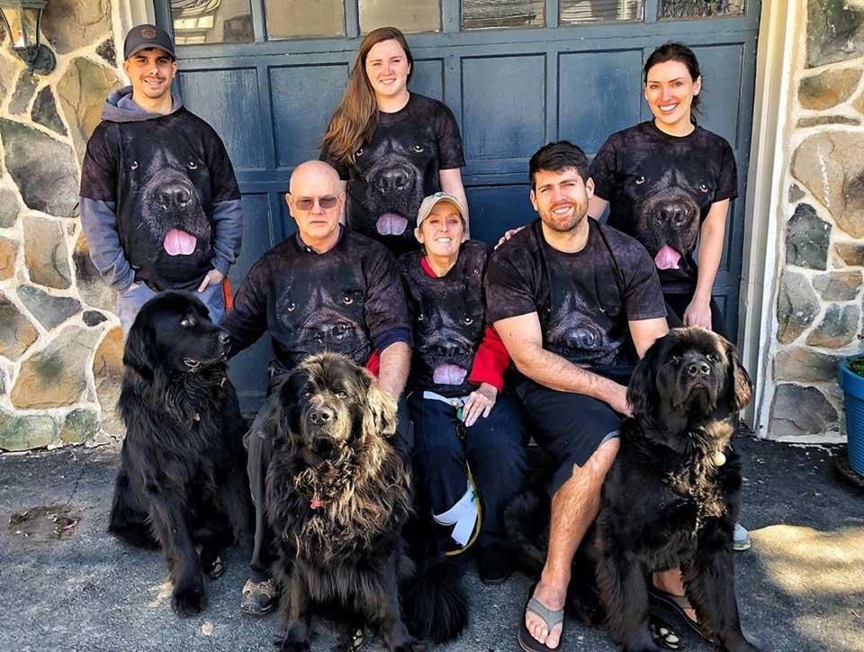 Personas con camisetas de perros