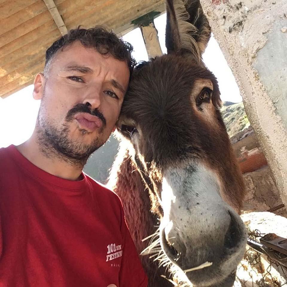 hombre y su burro mascota