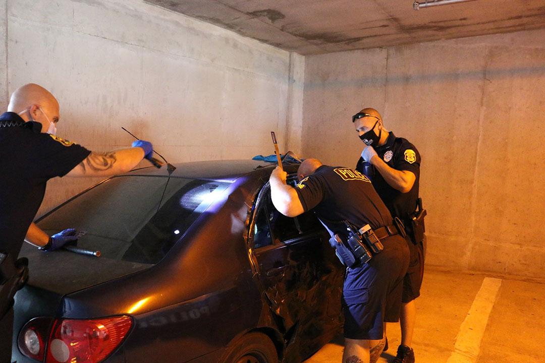 oficiales rompen ventana