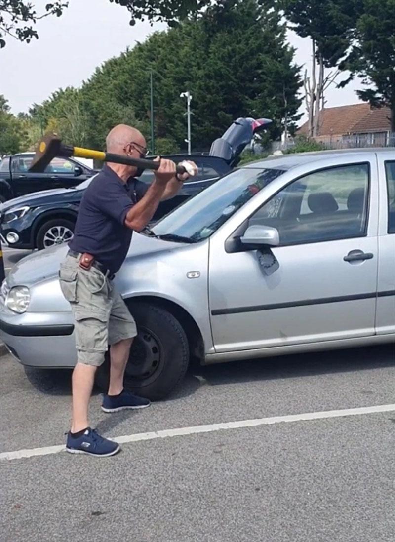 Hombre salvó perro de un carro