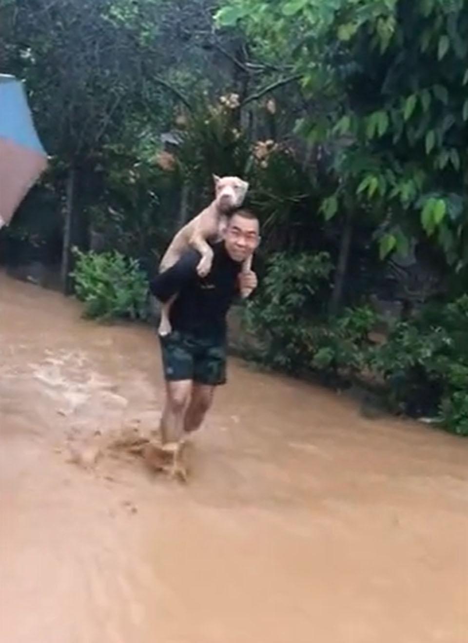 Hombre salva a su perrito en inundación