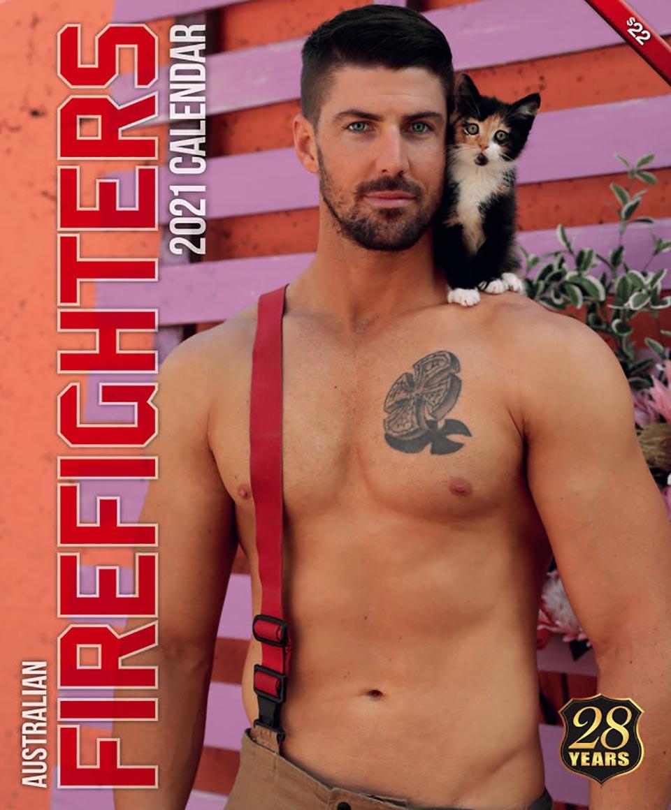 Adorable gatito junto a bombero
