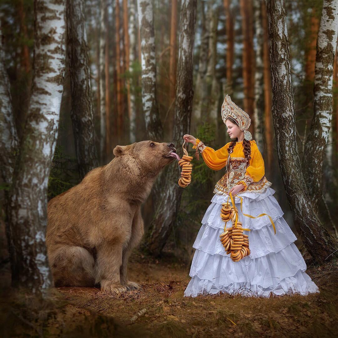 Joven le ofrece comida a un oso