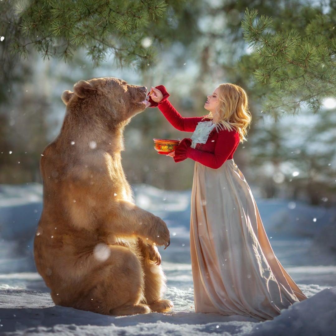 Mujer alimenta a oso