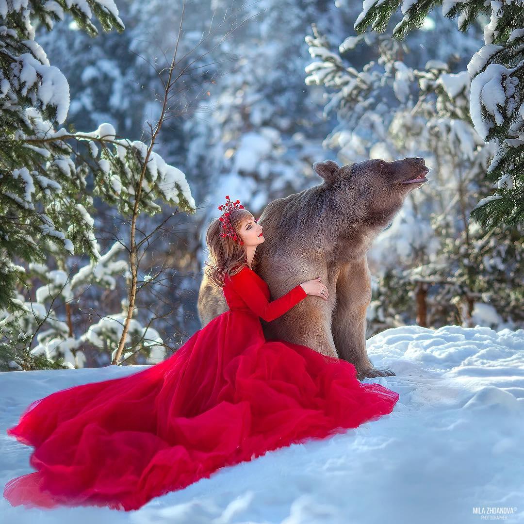 Mujer de rojo en la nieve
