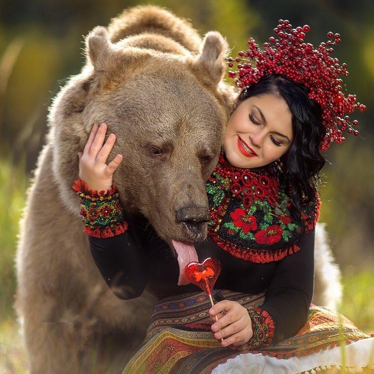 Mujer le ofrece dulce a oso