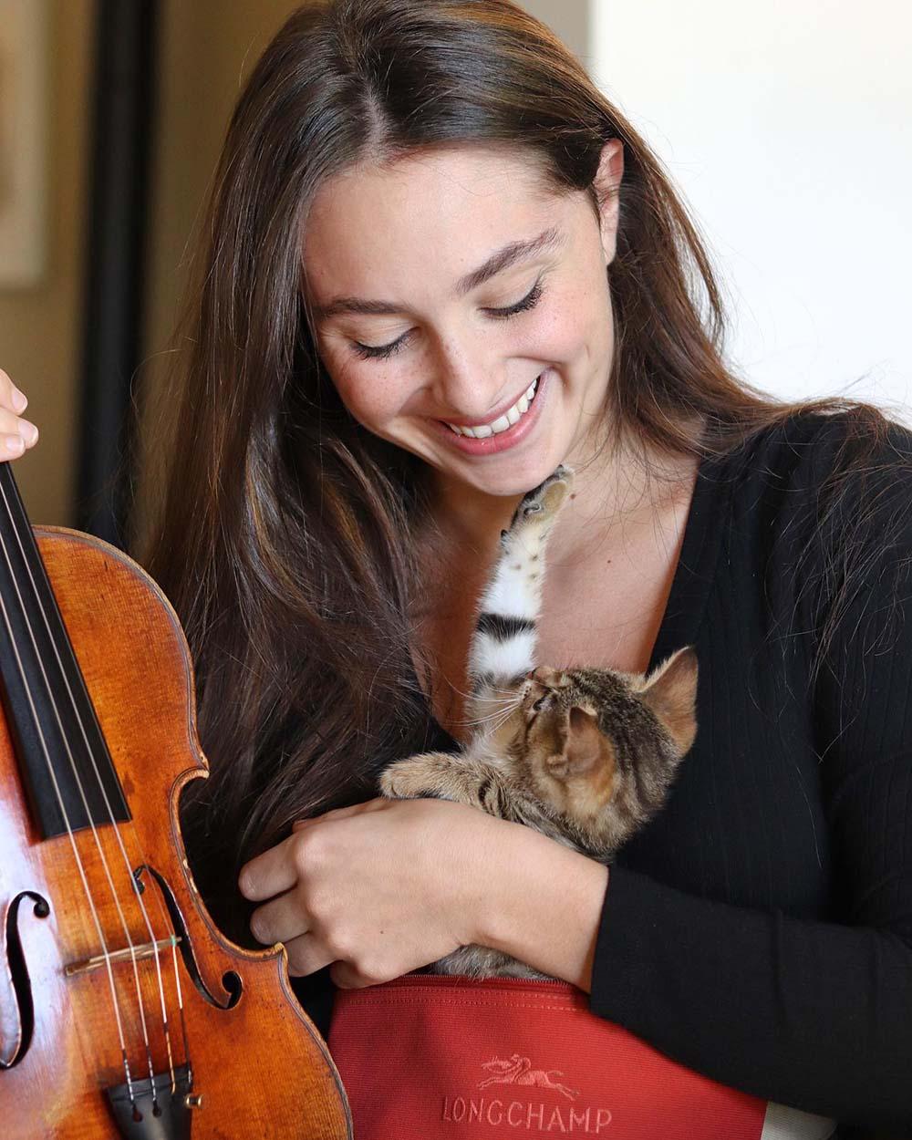 Violinista y su dulce mascota