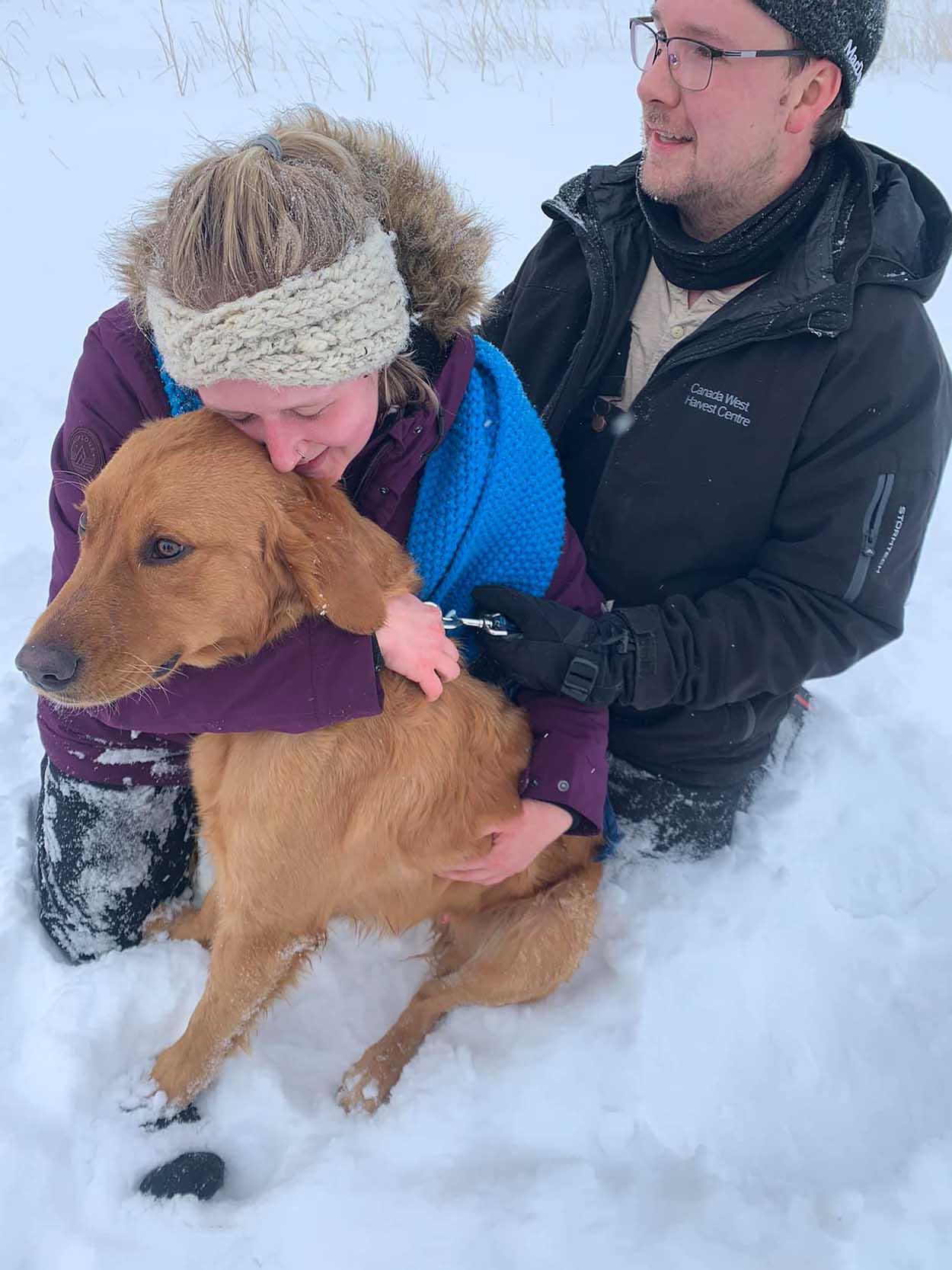 Familia encuentra a su mascota en la nieve