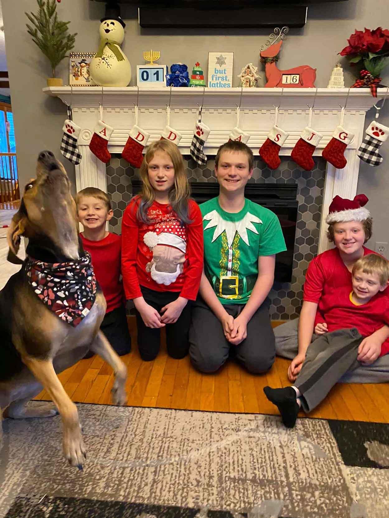 Perro salta cuando mamá toma forto para tarjeta de navidad