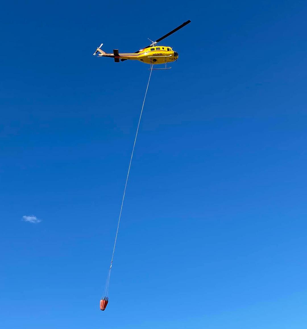 Helicóptero combate incendio