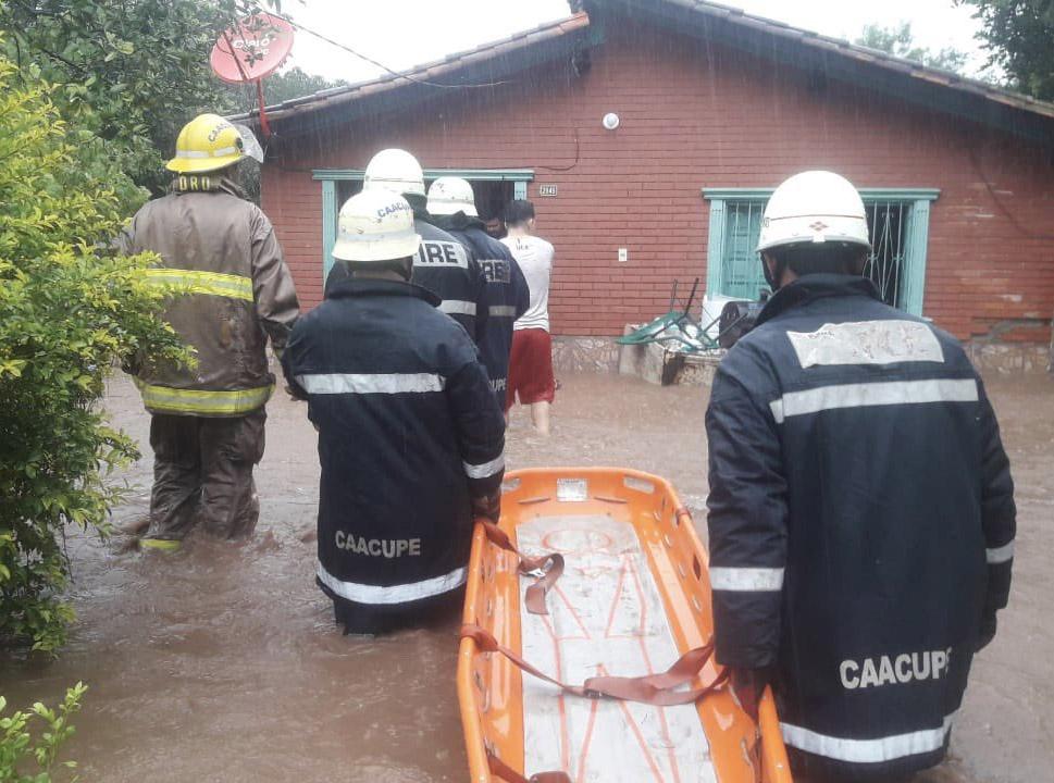 Bomberos en Paraguay rescatan