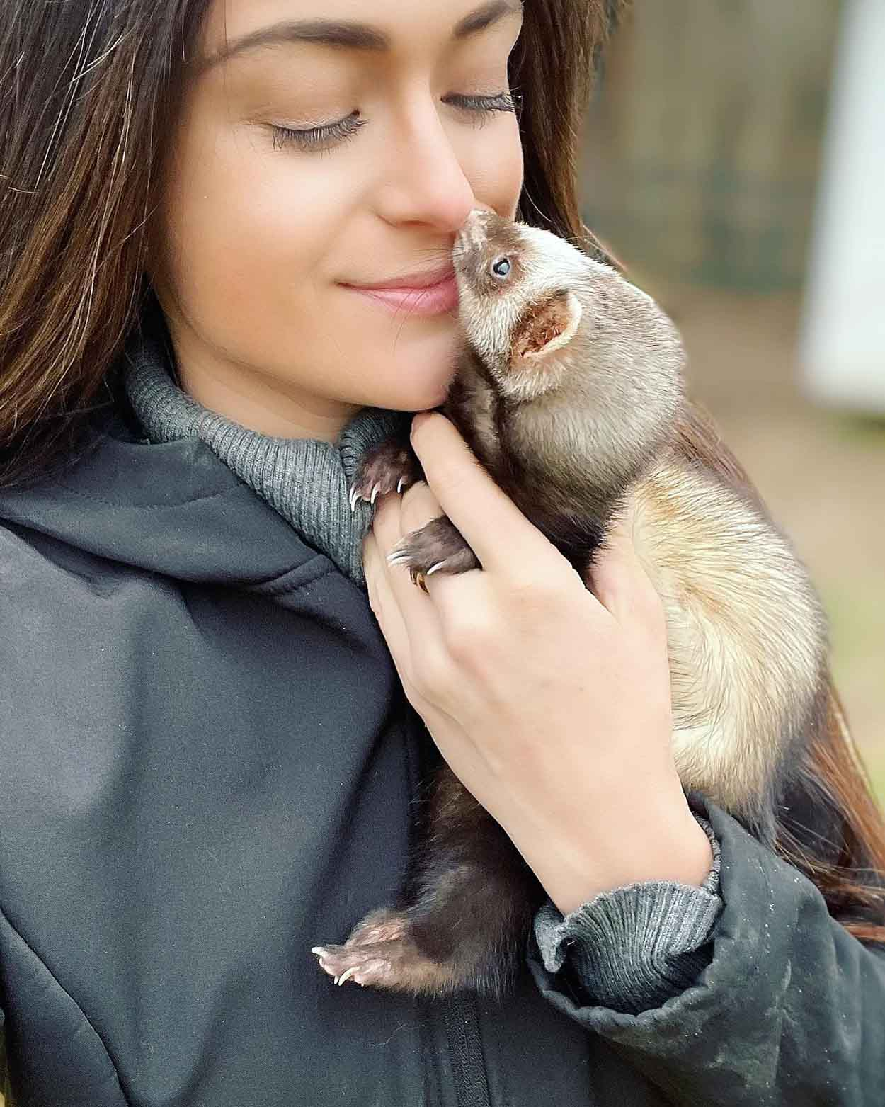 Mujer cuida de animales abandonados