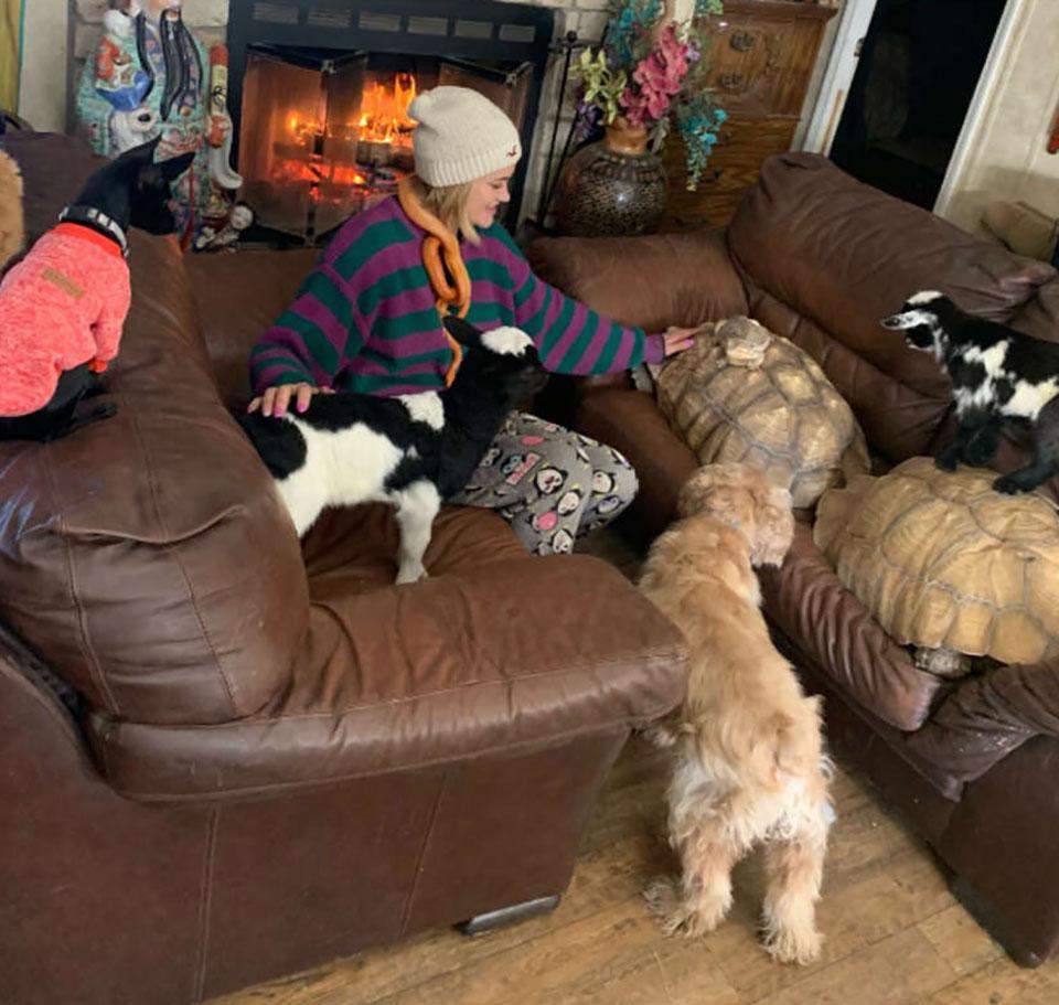 Mujer cuida de animales del santuario