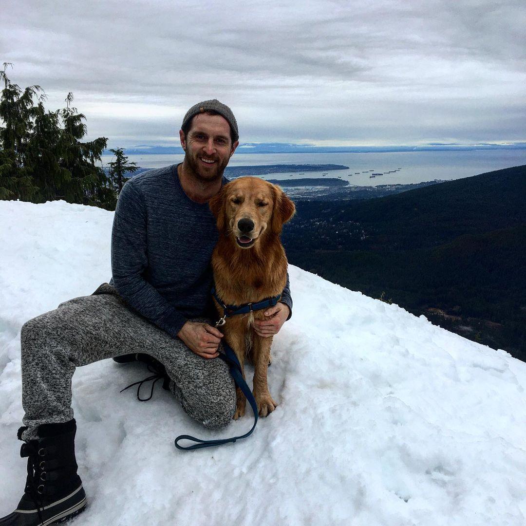 Perro junto a su padre humano en la nieve