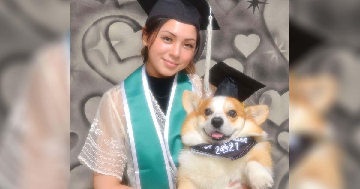 Estudiante hace una sesión de fotos de graduación con el perro que la ayudó