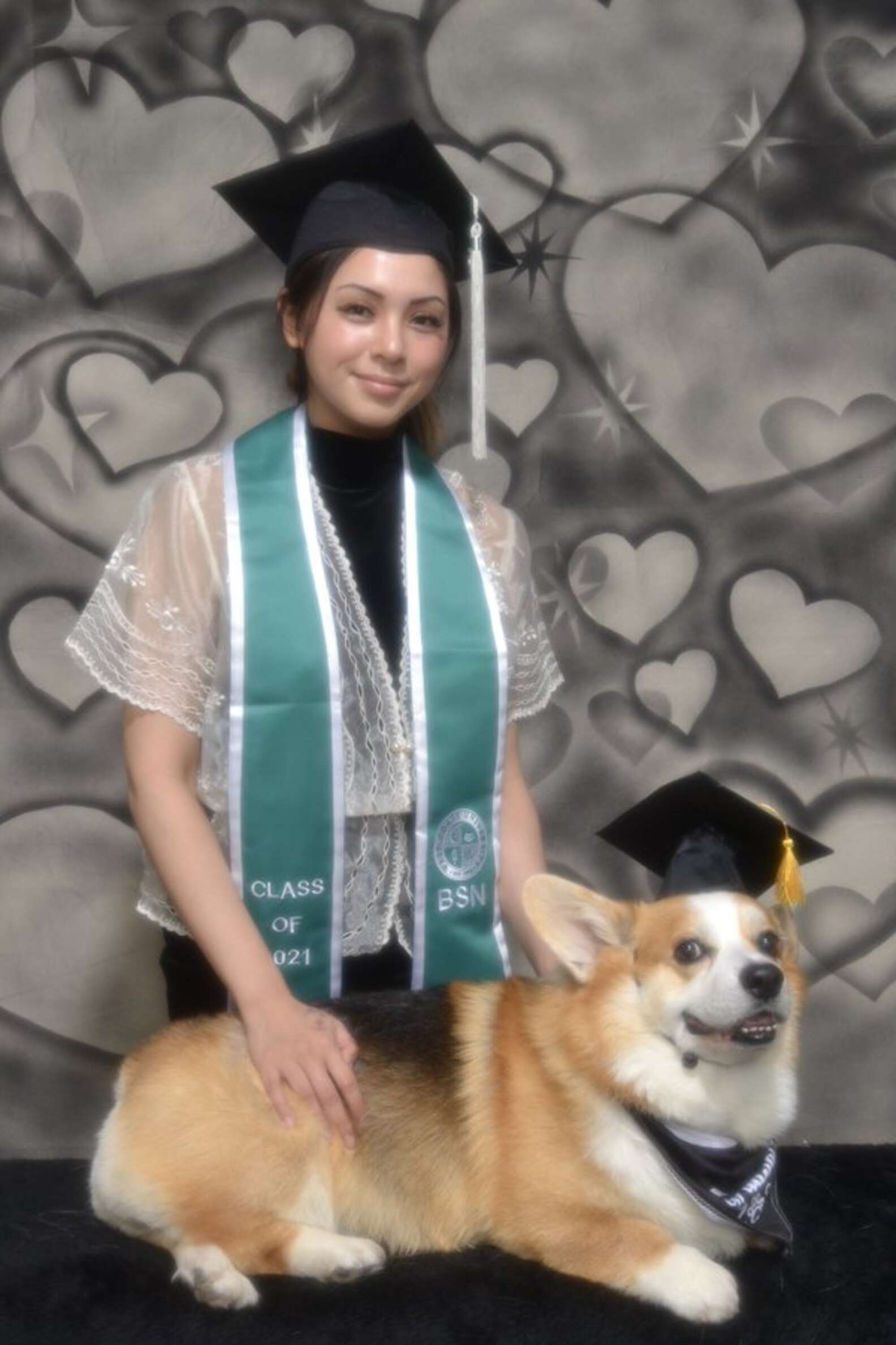 Estudiante hace una sesión de fotos de graduación con su mascota