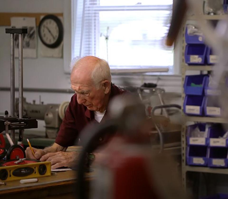Veterinario jubilado de 92 años fabrica sillas de ruedas para perros