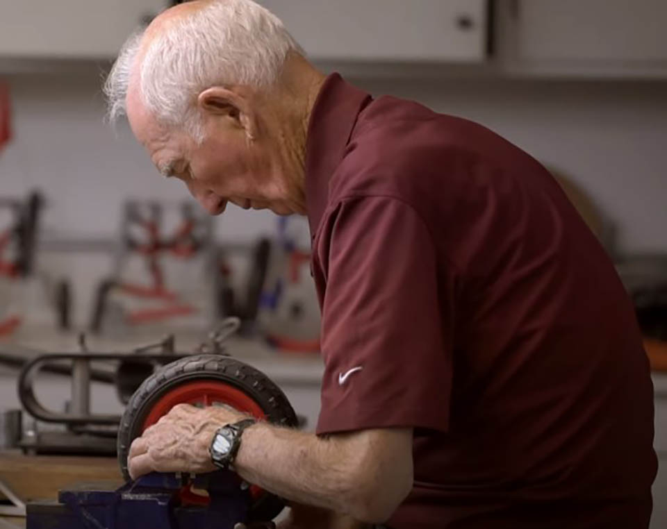 Veterinario jubilado dedica su vida a fabricar sillas de ruedas