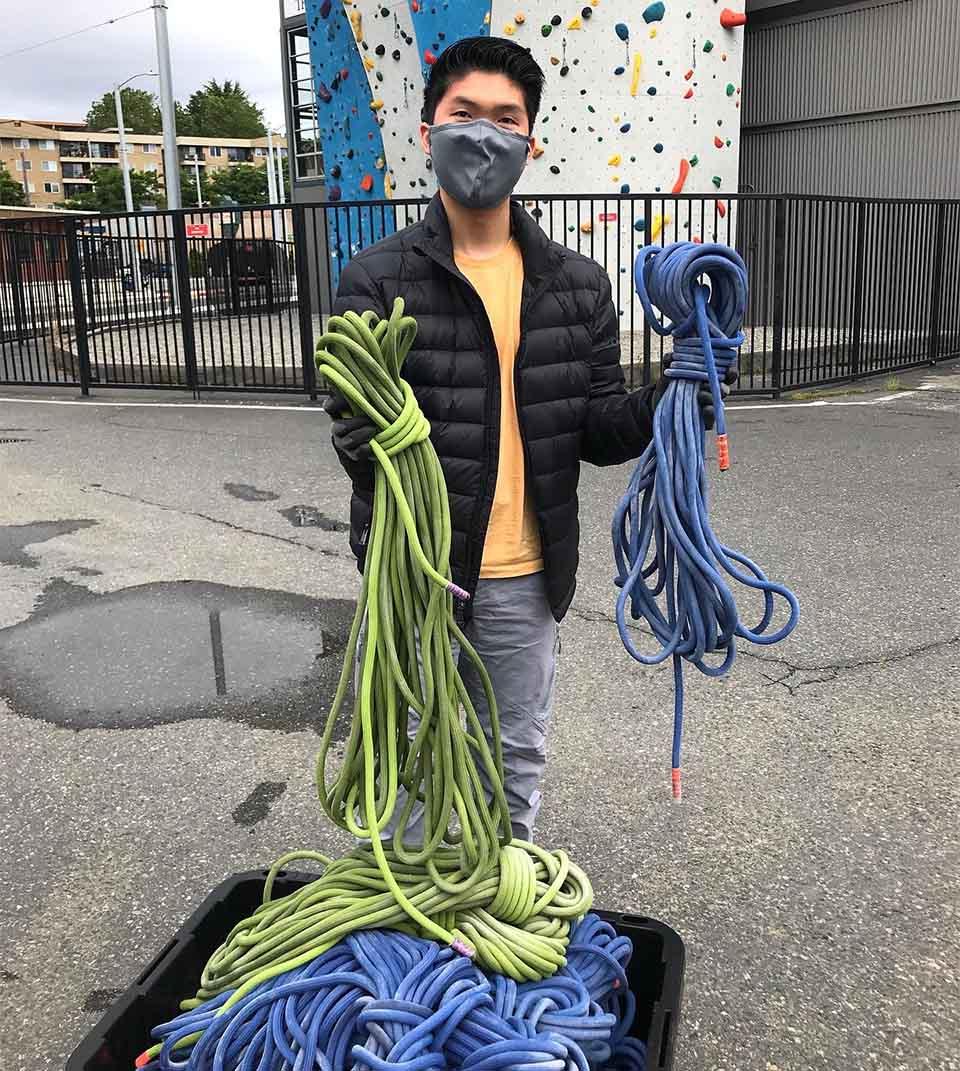 Adolescente recicla cuerdas
